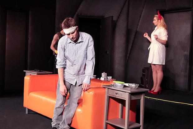 """Spektakl """"Mayday. Run For Your Wife"""" zainauguruje letnią teatralną działalność Centrum Kultury w Gdyni we własnej siedzibie w Małym Kacku. Spektakl obejrzeć można 9-12 sierpnia."""