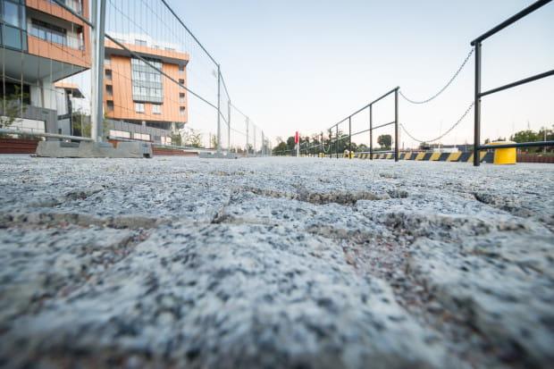 Niewygodna nawierzchnia chodnika nie sprzyja spacerom. Nz. nowy chodnik z kostki brukowej wzdłuż Motławy w pobliżu ul. Stara Stocznia i Wapienniczej.