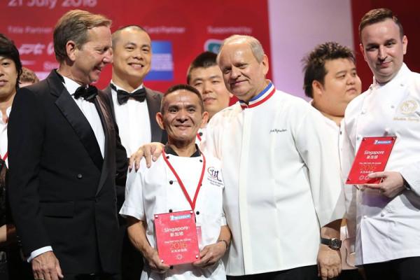 Chan Hon Meng oraz Joël Robuchon podczas gali wręczania nagród przewodnika Michelin.
