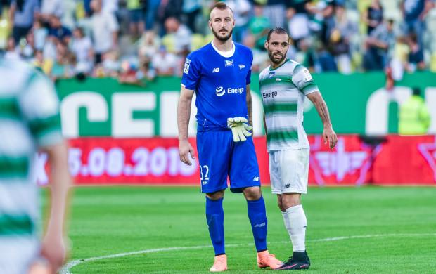 Vanja Milinković-Savić puścił w tym sezonie 4 gole, czyli dwa więcej niż strzelił Flavio Paixao (z prawej). Serb może czuć się jednak pewny numeru jeden w bramce Lechii.