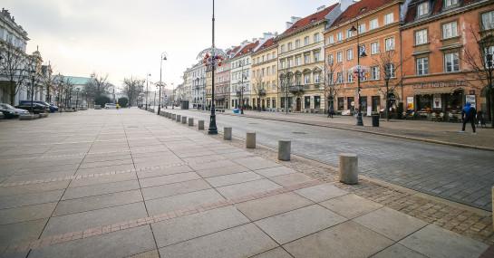Krakowskie Przedmieście w Warszawie. Mimo historycznego charakteru tej części stolicy, zadbano o komfort pieszych.