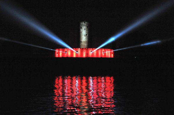 """Iluminacje, mapping i fajerwerki sprawiły, że nocna inscenizacja """"Bitwy Morskiej"""" przypadła do gustu widzom, zgromadzonym na nabrzeżu w Nowym Porcie."""