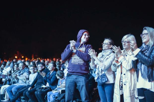 Bilety do strefy golden circle, w której przygotowano miejsca siedzące, rozeszły się jak świeże bułeczki. Wiele osób przyszło bez biletów, przysłuchując sie muzyce na stojąco bądź organizując miejsca siedzące na własną rękę.