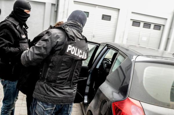 Jeden z zatrzymanych usłyszał już zarzuty dotyczące oszustw mieszkaniowych.
