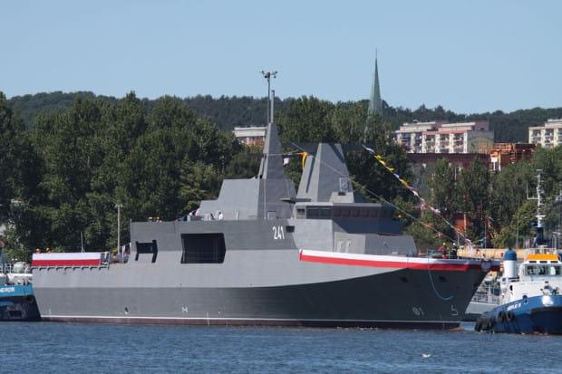ORP Ślązak bezpośrednio po wodowaniu 2 lipca 2015 r. Jednostka miała być gotowa jesienią 2016 r., ale nie ma już szans, by w tym czasie weszła do służby.