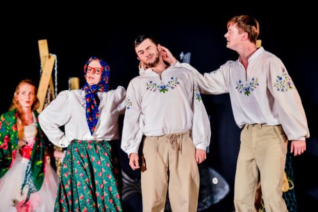 W pomysłowych, barwnych kostiumach Karoliny Bryl znajdziemy liczne kaszubskie motywy. Na zdjęciu (od lewej) Agata Braun (Spacerowiczka Agnieszka), Ewa Bućko (Matula), Tomasz Bolek (Maciej) i Marcin Ziurowski (Krzysiek).