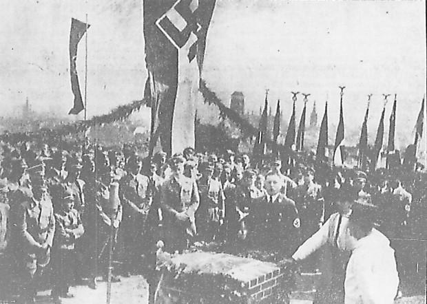 Położenie kamienia węgielnego pod budowę schroniska, przez Alberta Forstera. 26 lipca 1938 r. Ze zbiorów PAN Biblioteki Gdańskiej.