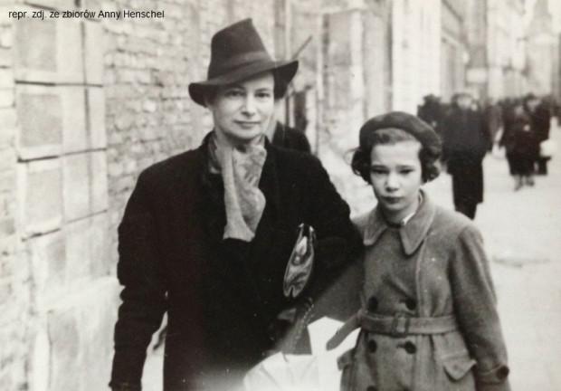 Anna z mamą w czasie okupacji.