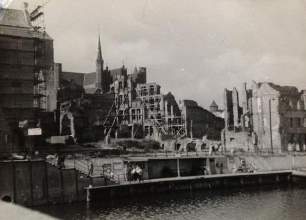 Zrujnowany Gdańsk. W tle widoczna m.in. bazylika Mariacka.