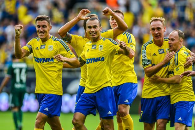 Piłkarze Arki Gdynia po zwycięstwie nad Legią w Warszawie co najmniej do niedzieli będą liderami ekstraklasy. Dwa gole strzelił Adam Marciniak (drugi z prawej), a pierwszą bramkę zdobył Marcus (w środku).