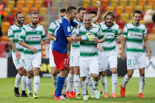 Aleksandar Kovacević (w środku) wrócił do pierwszego składu Lechii i od razu dał jej gola na wagę zwycięstwa. Z wygranej w ekstraklasowym debiucie cieszył się natomiast Damian Podleśny (nr 77).