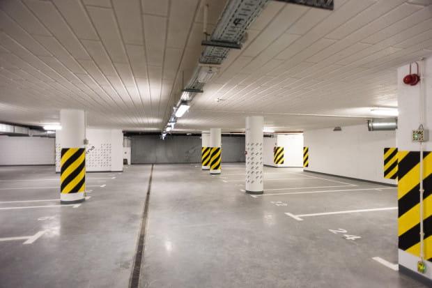 Parkingi podziemne oferują największy komfort, dlatego też ich ceny zwykle są najwyższe.
