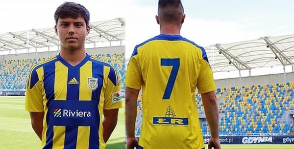 Tak prezentują się koszulki piłkarzy Arki: drużyny rezerw (z prawej) oraz zespołu juniorów młodszych (z lewej).