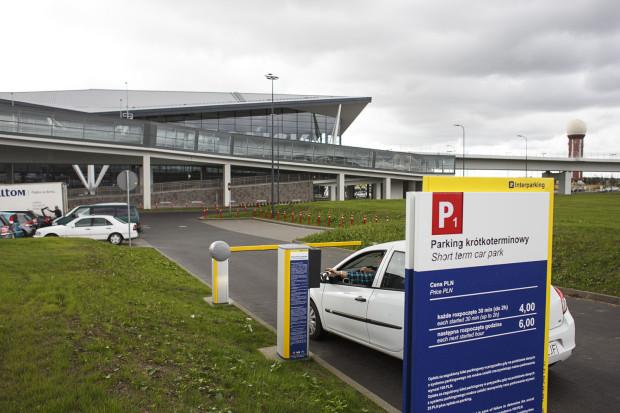 Na parkingach przy lotnisku obowiązują bardzo różne stawki, w zależności od tego, na jak długo chcemy zostawić swoje auto.