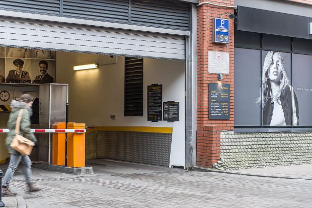 Większość centrów handlowych udostępnia swoje parkingi za darmo, lub w bardzo korzystnych cenach.