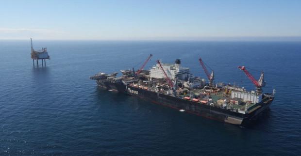 """Wadliwa platforma MOPU została usunięta ze złoża Yme przy użyciu specjalistycznego statku """"Pioneering Spirit""""."""