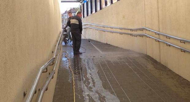 Najskuteczniejszym narzędziem do sprzątania w tunelach jest myjka wysokociśnieniowa. Na zdj. tunel na Wzgórzu św. Maksymiliana w Gdyni.