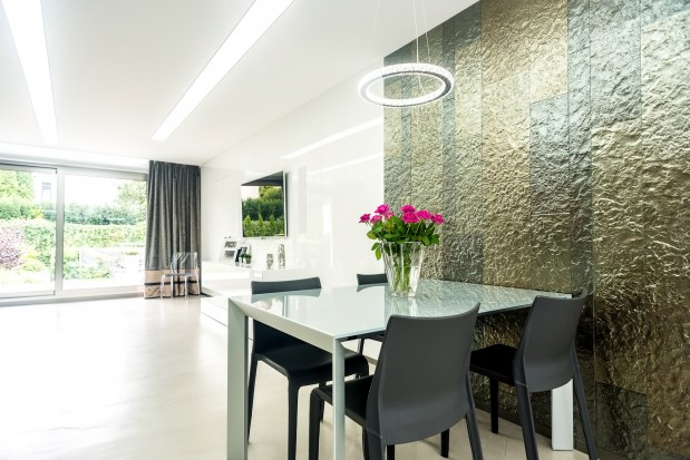 W tym minimalistycznym wnętrzu właściciele postawili na połysk i szlachetne elementy wykończenia.