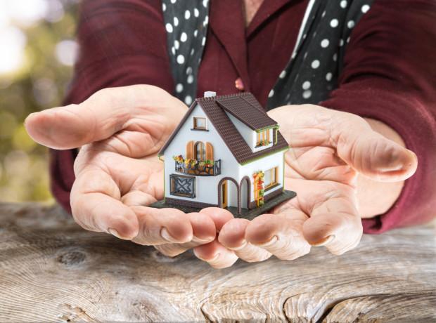 Dom to duży majątek. Osoby uprawnione do zachowku często dochodzą swoich praw, wcześniej dokonana darowizna nie zawsze uchroni spadkobiercę przed jego wypłatą.