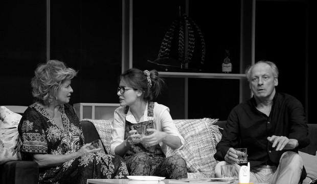"""Czy kłamstwo """"w dobrej wierze"""" i prawda, która wychodzi na jaw po latach faktycznie mogą pomóc? Przekonają się o tym widzowie spektaklu """"Kłamstewka"""", zagranego w Teatrze Muzycznym 28 listopada."""