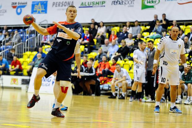 """Adrian Kondratiuk (na zdjęciu) był obok Ramona Oliviery najskuteczniejszym zawodnikiem Wybrzeża w Elblągu. """"Kciuk"""" w dwóch spotkaniach 12 razy trafił do bramki rywali."""