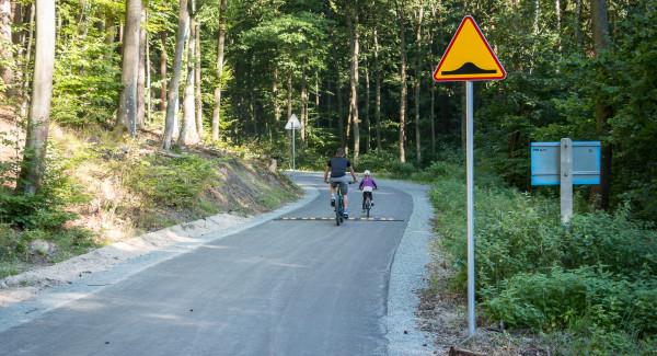 Droga Klesza jest niedostępna dla samochodów. Korzystać mogą z niej wyłącznie piesi i rowerzyści.