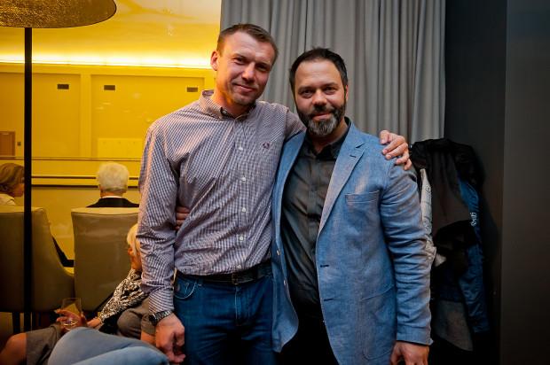 Mariusz Zawadzki (z prawej) na każdym kroku podkreśla, że nie zamierza mieszać się w kwestie sportowe i ma pełne zaufanie do osób pracujących w klubie. Na zdjęciu wspólnie z trenerem Wybrzeża Gdańsk - Damianem Wleklakiem.