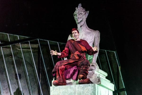W nieszczęsnego Quasimodo wciela się Michał Grobelny.