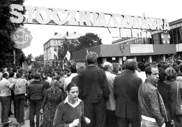 Tablice z 21 postulatami Międzyzakładowego Komitetu Strajkowego zawisły w sierpniu 1980 r. na głównej bramie Stoczni Gdańskiej im. Lenina.