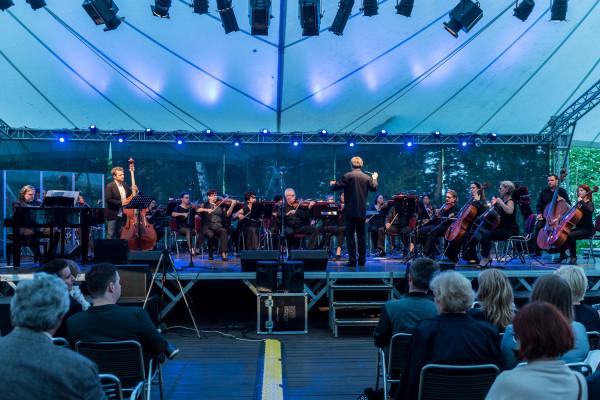 Polska Filharmonia Kameralna Sopot we wrześniu zaprezentuje trójmiejskim melomanom dwa interesujące programy - Wielką Mszę c-moll KV 427 (417a) oraz przeboje okresu międzywojennego.