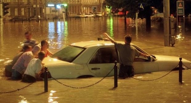 Próba ratowania samochodu z zalanej ulicy we Wrzeszczu.