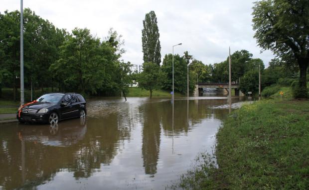 Ul. Pomorska na Żabiance była zalana jeszcze przez wiele godzin po ustaniu opadów w nocy z 14 na 15 lipca br.