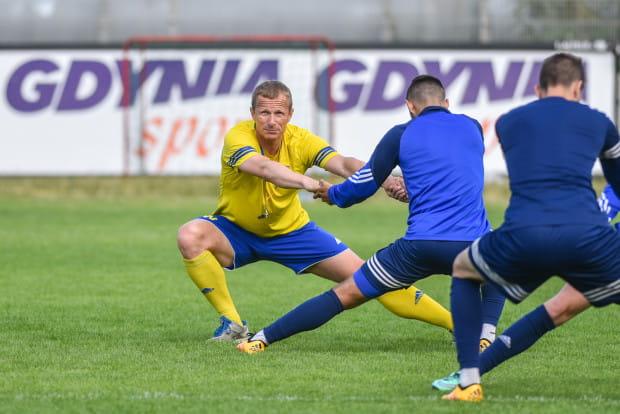 Grzegorz Witt (w żółtej koszulce) odpowiedzialny jest w Arce za przygotowanie fizyczne piłkarzy. Gra gdynian w pierwszych kolejkach ekstraklasy wystawia jego pracy bardzo wysokie noty.