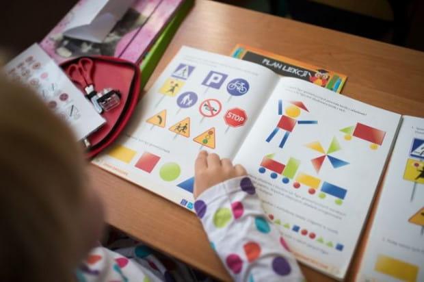 Za zniszczenie podręcznika odpowiada uczeń, ale i rodzic, który zobowiązany jest go odkupić lub zwrócić kwotę, za jaką został kupiony lub dostarczony do szkoły.