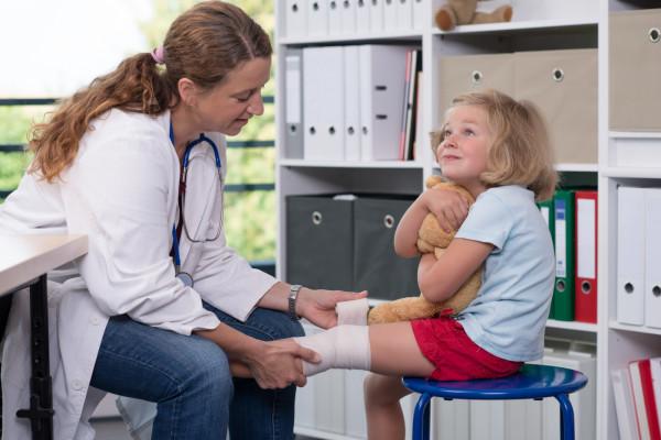 Ubezpieczenie NNW nie jest obligatoryjne, a jednak w sytuacji, gdy dziecko dozna uszczerbku na zdrowiu, zostanie poddane leczeniu szpitalnemu lub będzie zmuszone do zakupu środków ortopedycznych na skutek nieszczęśliwego wypadku, pieniądze z polisy zapewnią wsparcie finansowe.