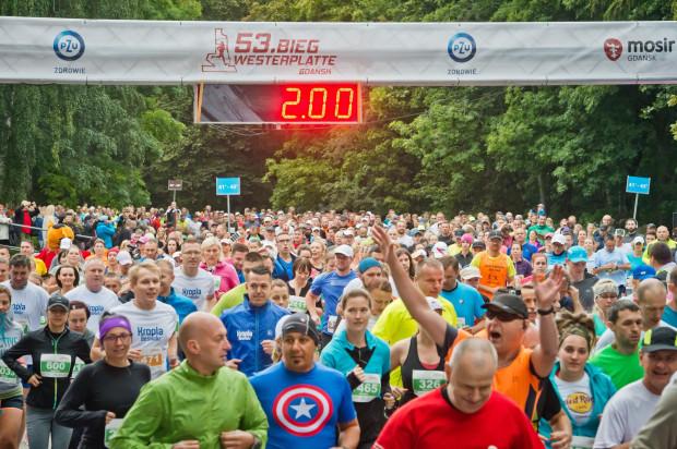 Tak wyglądał start 53. Biegu Westerplatte. Niewykluczone, że w tym roku z dystansem 10 km zmierzy się jeszcze większa grupa biegaczy.