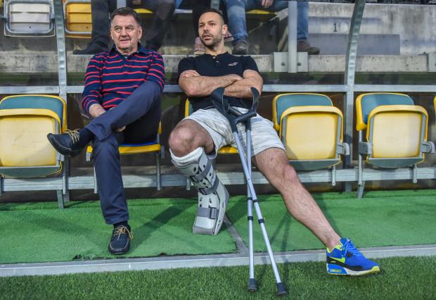 Paweł Abbott po zabiegu stawu skokowego dochodził do pełni sił ponad 4 miesiące. W Kielcach powinien co najmniej zasiąść na ławce rezerwowych. Na zdjęciu razem z Edwardem Klejndinstem, dyrektorem sportowym Arki.