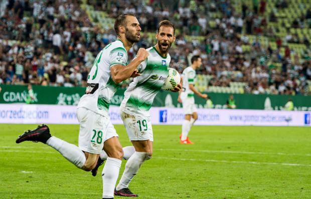 Marco Paixao (z piłką) nie miał jeszcze okazji grać dla Lechii przeciwko Cracovii. Zapewnia jednak, że mocno przeżył ostatnią porażkę z tym rywalem i zapowiada chęć rewanżu w piątek.