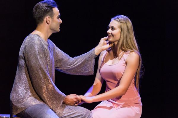 Na uwagę zasługuje 18-letnia Weronika Walenciak, która bez wykształcenia aktorskiego radzi sobie z rolą Fleur, rywalki Esmeraldy do serca Phoebusa (Przemysław Zubowicz).