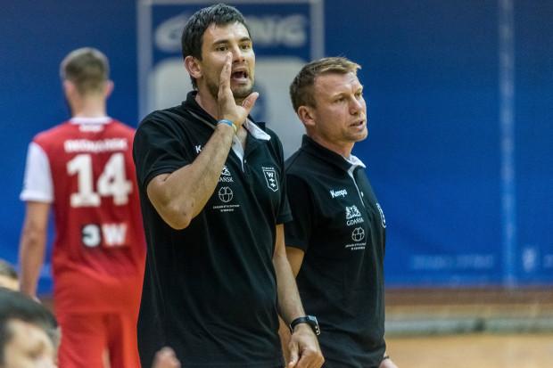 Gdyby to Damian Wleklak (z prawej) i Marcin Ljewski mieli zagrać przeciwko Vive Tauron Kielce - i to w czasach swej zawodniczej świetności - z pewnością Wybrzeże miałoby więcej szans w sobotę. Ale obecnie byli reprezentanci Polski mogą wspierać swoich następców w Wybrzeżu tylko z trenerskich miejsc.