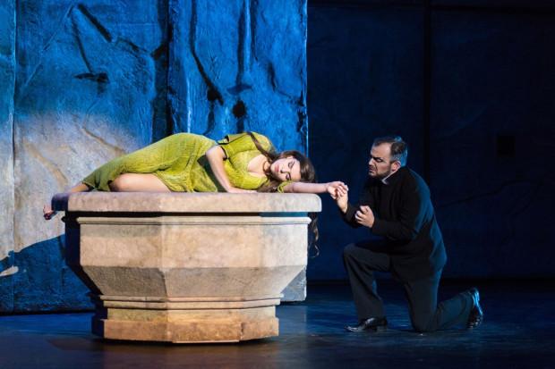 """""""Notre Dame de Paris"""" jest popisem Artura Guzy, doskonałego w roli archidiakona Frollo (po prawej), targanego grzeszną namiętnością do Esmeraldy (Maja Gadzińska)."""
