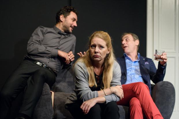 Zoe w wykonaniu Marty Kalmus-Jankowskiej reaguje najbardziej emocjonalnie, tworząc wiarygodny portret sfrustrowanej kobiety.
