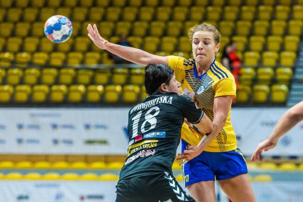 Karolina Olszowa (w żółtej koszulce) w pierwszej połowie była jedyną zawodniczką Vistalu, która potrafiła zdobywać bramki rzutami z drugiej linii.