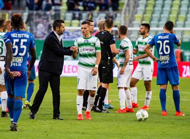 Po końcowym gwizdku trener Lecha Poznań, Nenand Bjelica gratuluje Lukasowi Haraslinowi, który miał udział w zwycięskim golu dla Lechii Gdańsk.