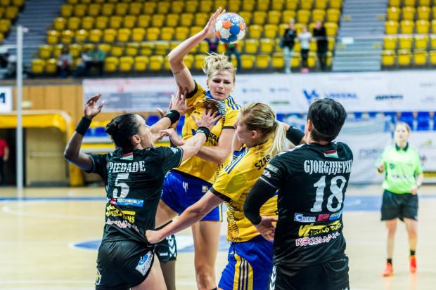 Dla Martyny Borysławskiej (z piłką) starcia z Węgierkami były debiutem w międzynarodowych rozgrywkach klubowych.