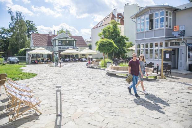 Po metamorfozie plac z fontanną Jasia Rybaka przyciąga spacerujących.