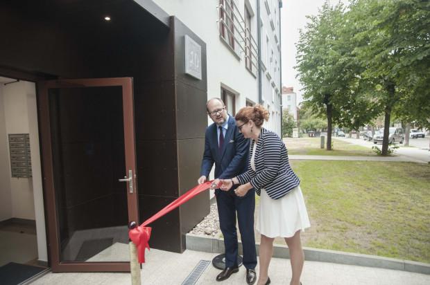 Oficjalne oddanie budynku do użytku. Wstęgę przecinają Paweł Adamowicz, prezydent Gdańska oraz Joanna Grandzicka, wiceprezes zarządu GFP.
