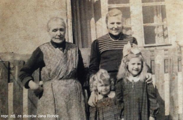 Siostra babci oraz kuzynka matki Jana wraz z dziećmi. Zdjęcie wykonano na podwórku domu przy St. Michaelisweg (obecnie Traugutta).