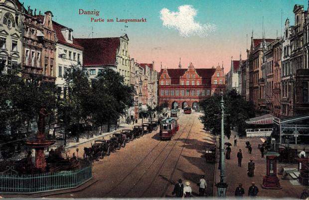 Dorożki i tramwaj elektryczny na Długim Targu w Gdańsku, pocztówka z drugiej dekady XX wieku.