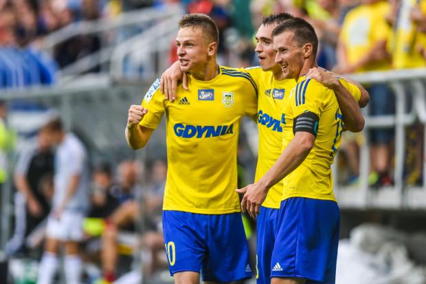 Nie tylko Mateusz Szwoch (z lewej), który rozegrał setny mecz w Arce, miał w Poznaniu powody do zadowolenia. Gdynianie nie stracili po raz pierwszy gola na wyjeździe, w czym m.in. zasługa dobrze współpracujących na lewej stronie boiska Marcina Warcholaka (w środku) i Miroslava Bożoka.